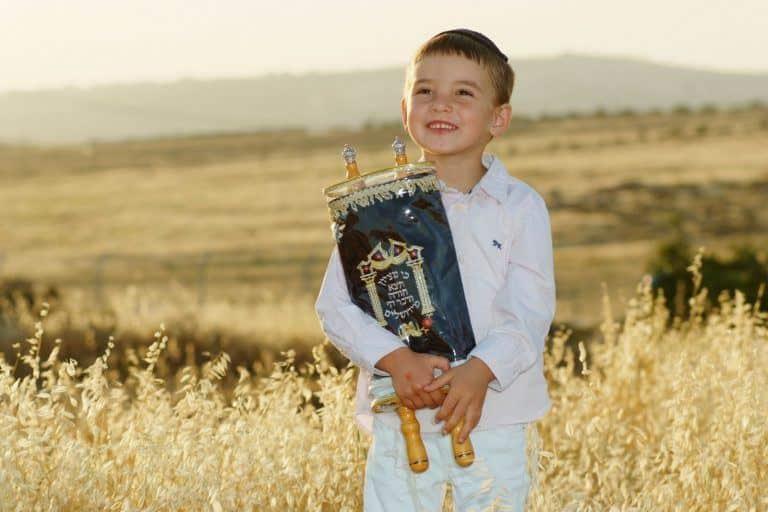ילד מחזיק ספר תורה