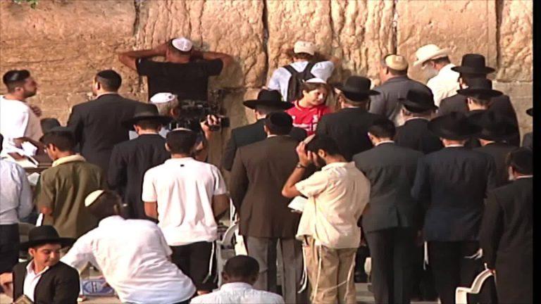 יהודים מתפללים בכותל