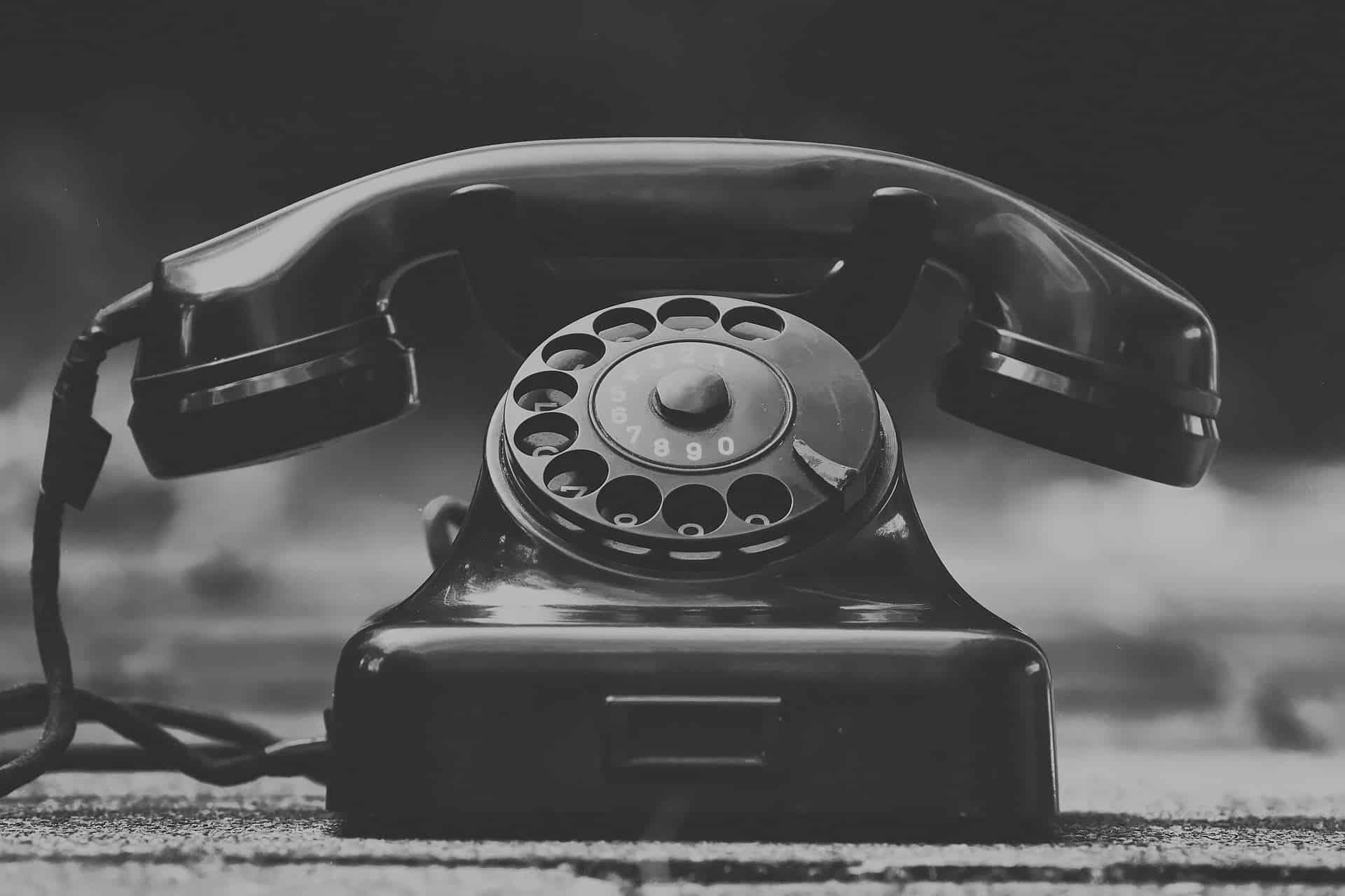 טלפון מחוגה שחור ישן