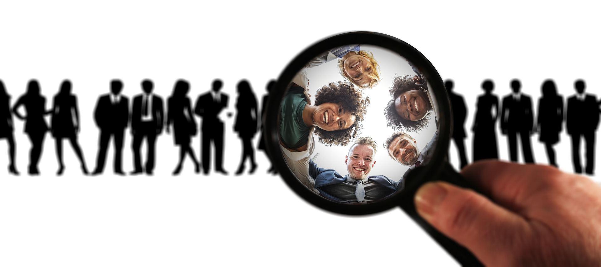אנשים ספציפים בתוך זכוכית מגדלת מתוך קבוצה שכולם נראים בה דומה
