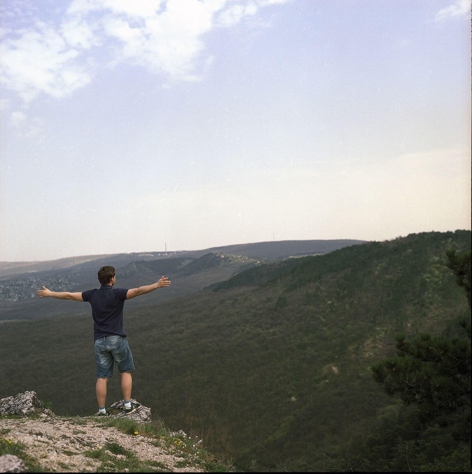 צעיר על ראש ההר