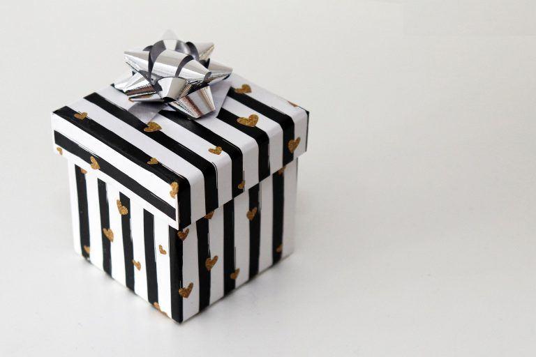 קופסת מתנה קטנה עם לבבות עליה