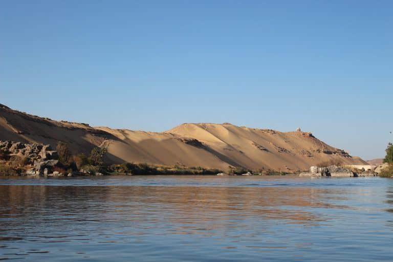 תמונה של הנילוס עם הרי מדבר