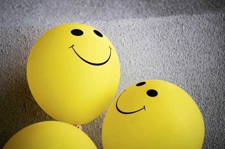 בלונים צהובים עם סמיילי
