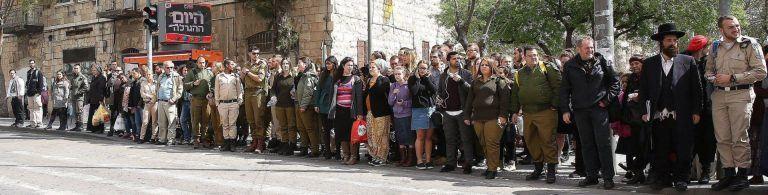 מעבר חציה בירושלים עם צגוון רחב מאוד של אנשים