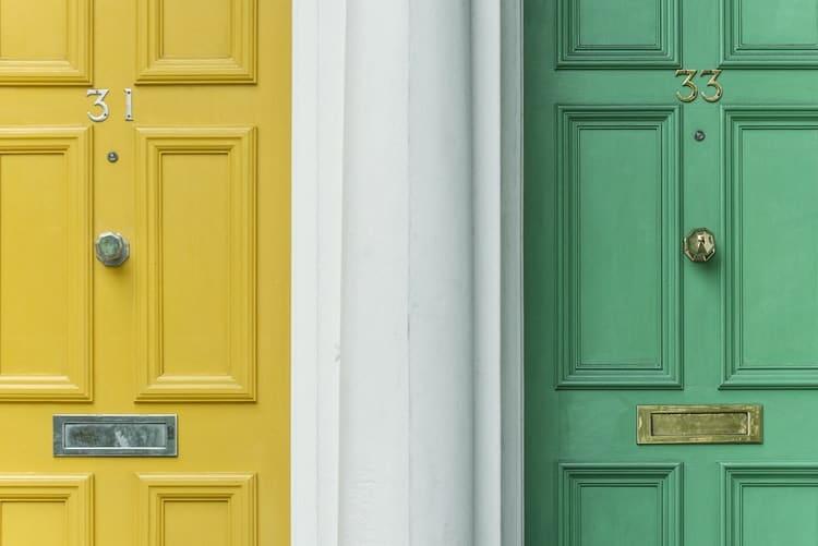 דלת צהובה ודלת ירוקה- של שני בתים שכנים
