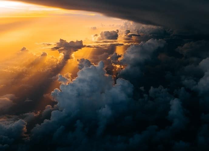 שקיעה משמאל וסופת ברקים מימין