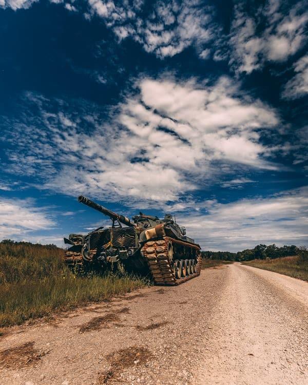 טנק עם רקע של שמיים כחולים