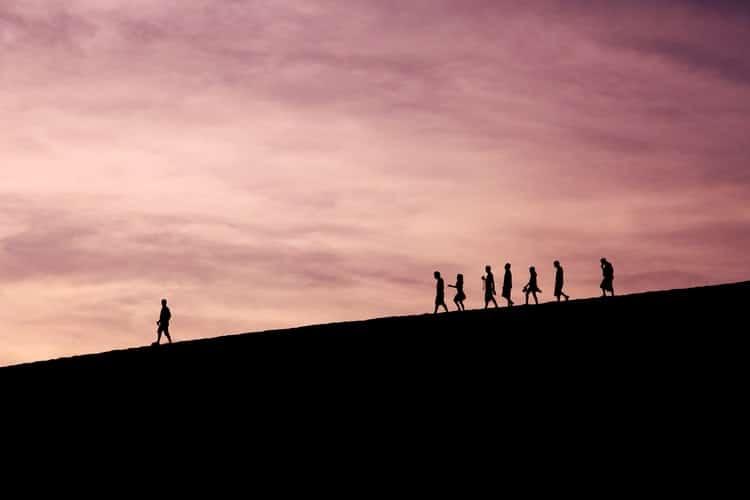 שורה של אנשים הולכים אחרי יחיד