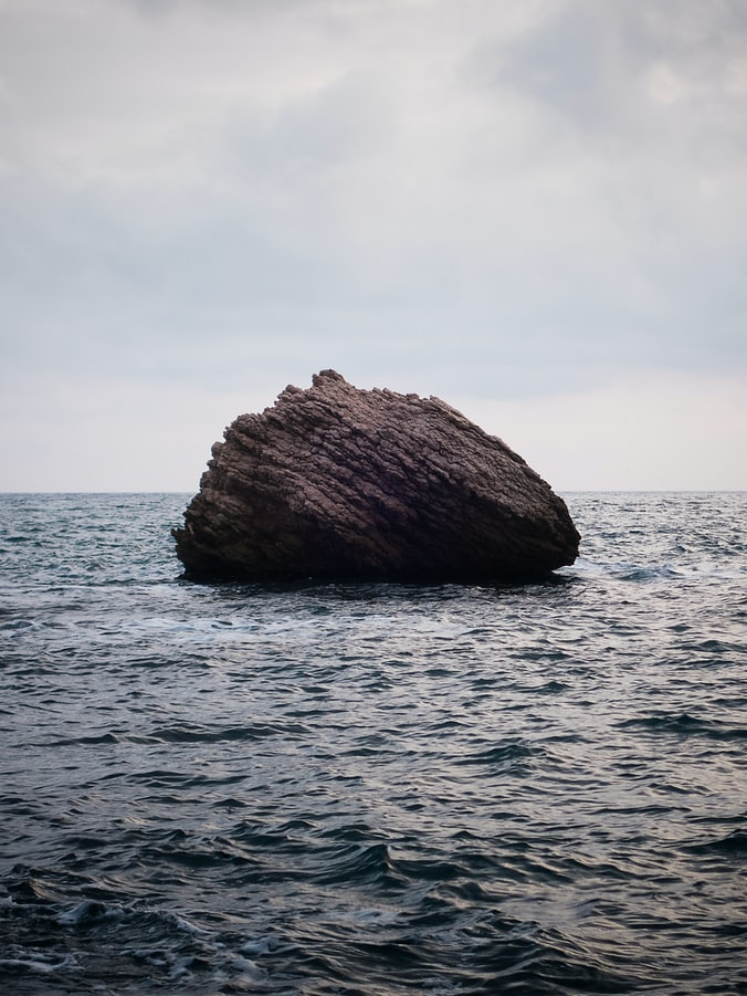 סלע במים