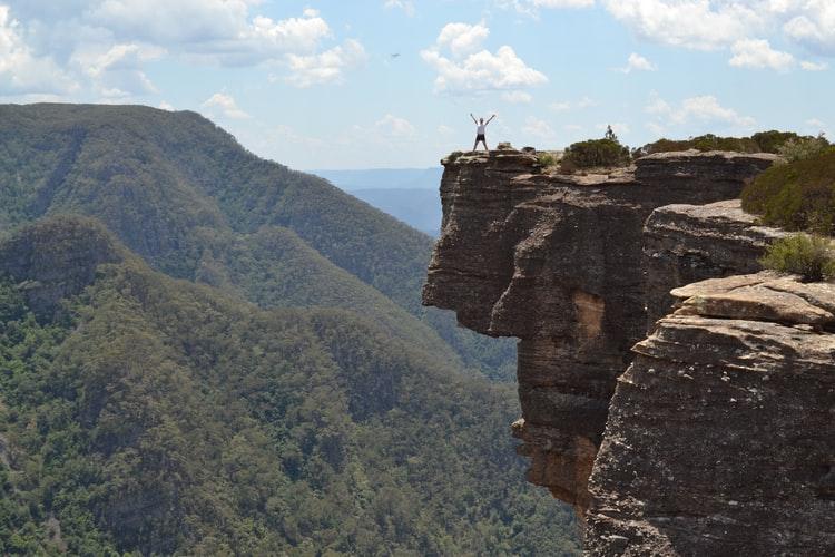 איש עומד על פסגה