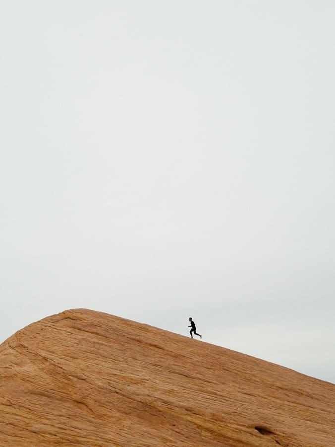 אדם רץ לפסגה