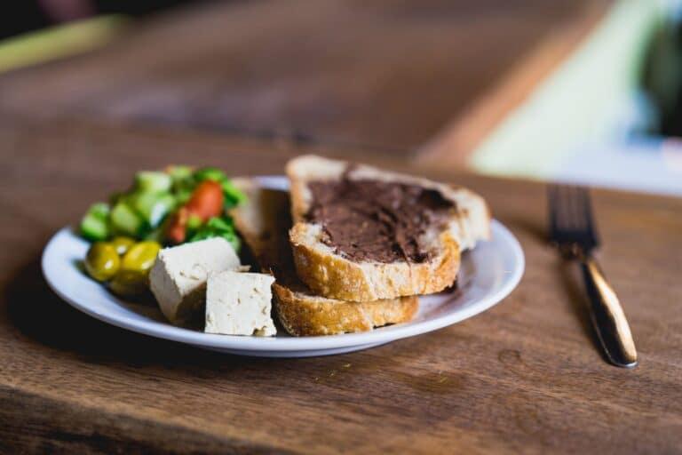 ארוחת בוקר. לחם עם שוקולד וסלט