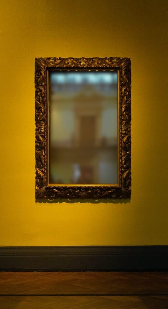מראה על הקיר