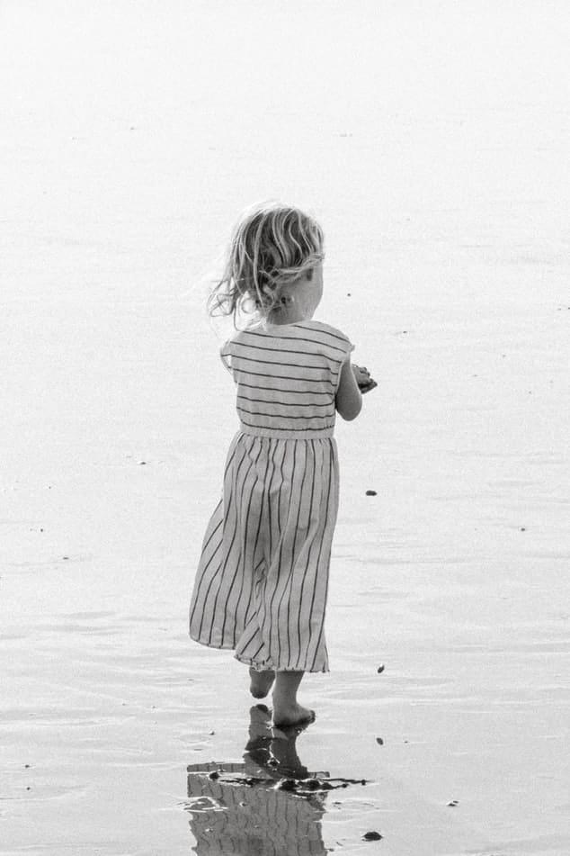 ילדה קטנה עם שמלה