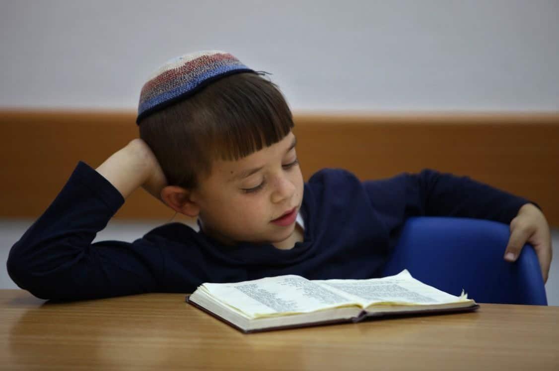 ילד לומד תורה