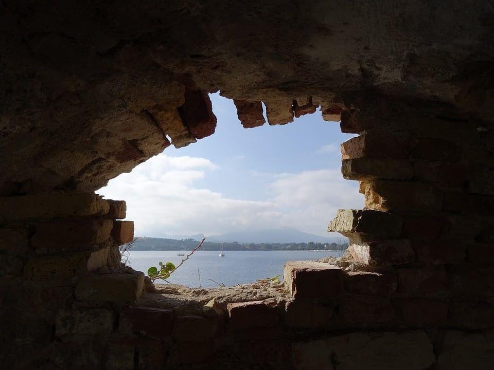 לשבור חומות