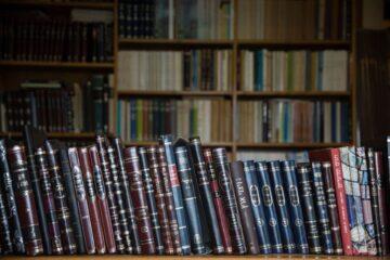מדף עם ספרי קודש